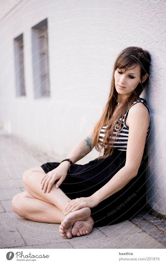 let´s dream Mensch Jugendliche schön Haus Erholung feminin Wand Fenster grau träumen Traurigkeit Mauer Fuß Wärme Erwachsene elegant