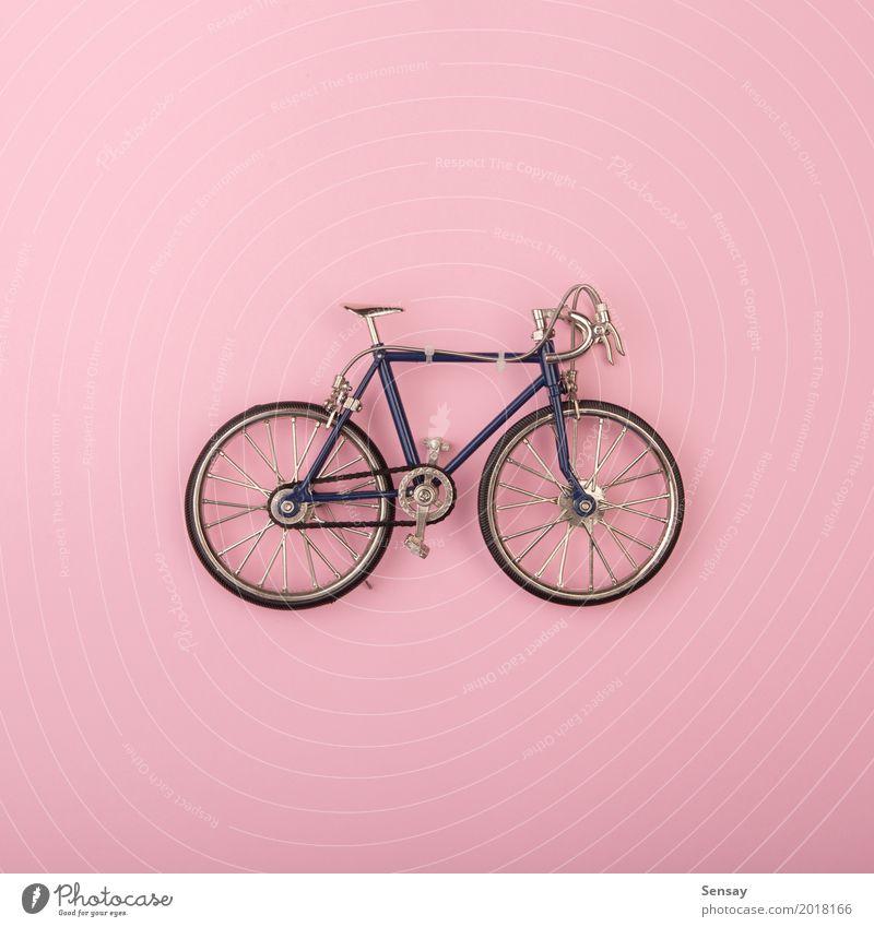 Sportkonzept - Spielzeug fährt auf rosa Hintergrund rad Sommer Farbe weiß gelb Stil Menschengruppe oben Design hell Dekoration & Verzierung Kreativität Fitness