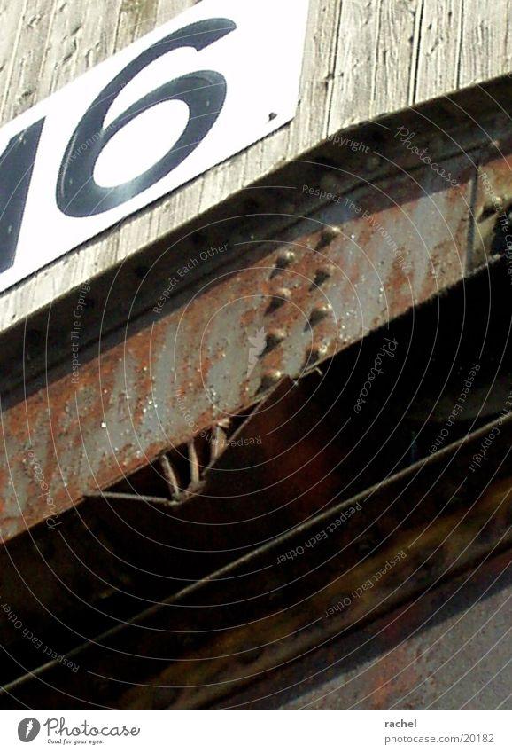 Werft Farbfoto Außenaufnahme Schatten Froschperspektive Wasser Fluss Hafen Holz Stahl Rost Ziffern & Zahlen Schilder & Markierungen alt historisch verwittert