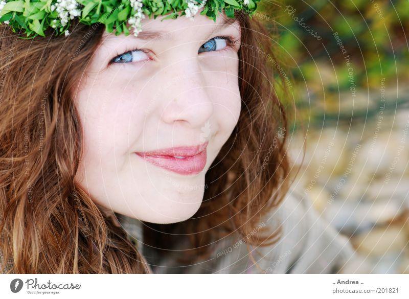 Tanz in den Mai feminin Denken klein Porträt brünett Sehnsucht schön Freundlichkeit Erwartung Gesicht Auge Jugendliche Freude Glück Blumenkranz rothaarig