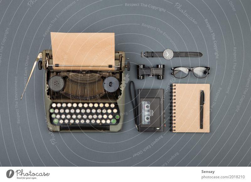 alt schwarz Textfreiraum Büro retro Tisch Buch Papier beobachten Information schreiben Spuren Tee Schreibtisch Zeitung Etage