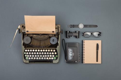 Journalist und Schriftsteller Desktop alt schwarz Textfreiraum Büro retro Tisch Buch Papier beobachten Information schreiben Spuren Tee Schreibtisch Zeitung