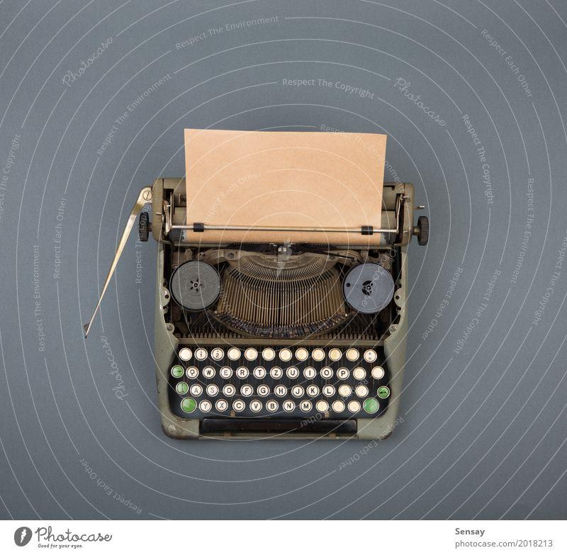 Draufsicht der Weinleseschreibmaschine auf grauer Tabelle alt grün weiß Textfreiraum Büro retro Tisch Buch beobachten Papier Kaffee schreiben Spuren