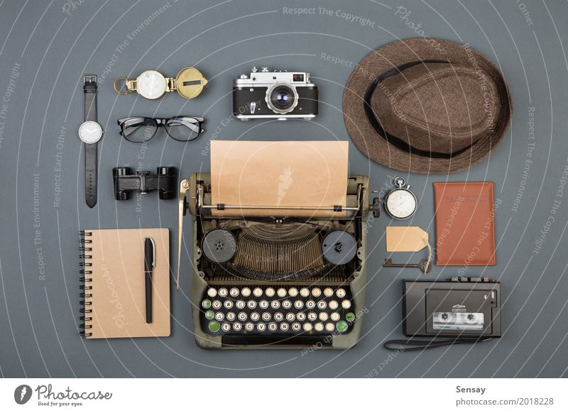 Journalist oder Detektivarbeitsplatz Schreibtisch Tisch Arbeitsplatz Büro Zeitung Zeitschrift Buch Hut Papier Fernglas alt beobachten schreiben retro schwarz
