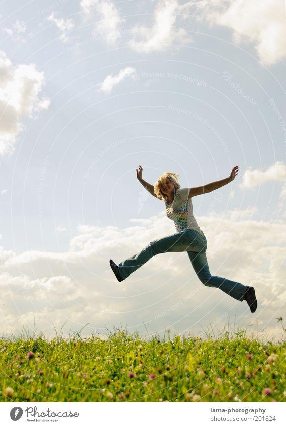 feel good inc. Mensch Himmel Natur Jugendliche Ferien & Urlaub & Reisen Sommer Freude Wolken Wiese Leben feminin Freiheit Bewegung Gras springen Glück