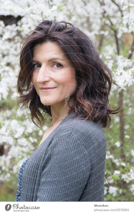 Frühling Mensch feminin Frau Erwachsene Leben 1 30-45 Jahre Natur Garten Lächeln Blick Romantik friedlich Güte Menschlichkeit brünett Farbfoto Außenaufnahme Tag