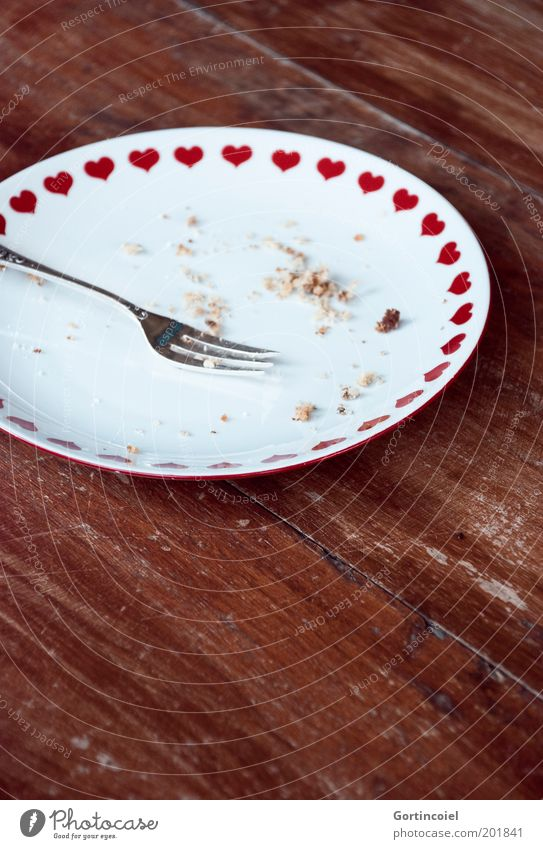 Noch eins Lebensmittel Kuchen Dessert Süßwaren Kaffeetrinken Geschirr Teller Besteck Gabel Holz lecker Kuchengabel Herz Krümel Kaffeepause aufgegessen Holztisch