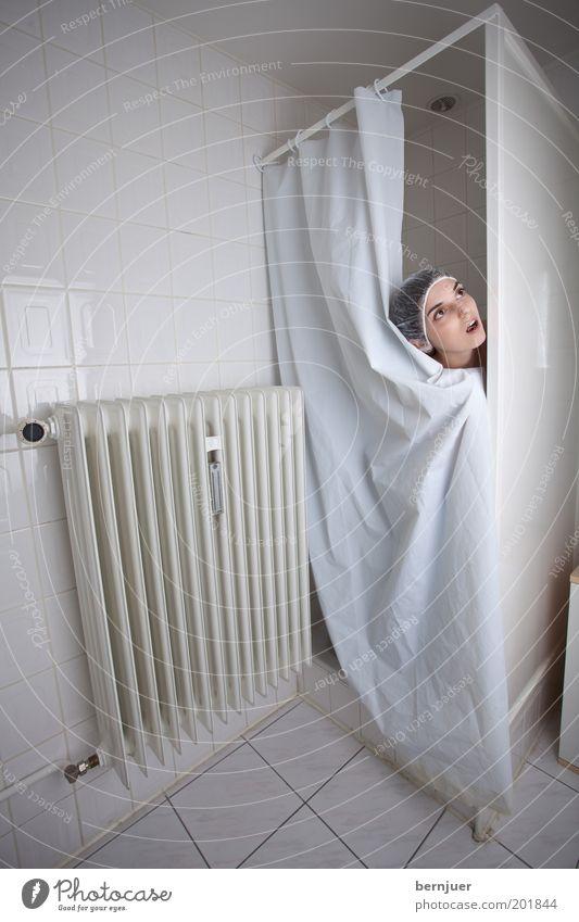 caught in the shower Frau Jugendliche weiß feminin Wand Wellness Bad Sauberkeit Fliesen u. Kacheln verstecken Dusche (Installation) Körperpflege brünett