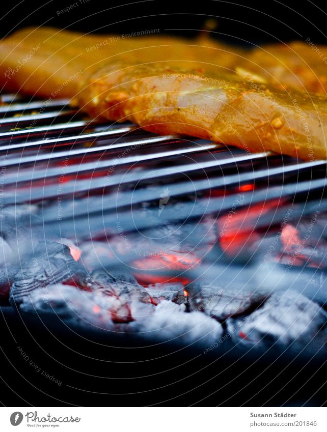 das bruzzelt Lebensmittel Fleisch Wurstwaren Ernährung Abendessen Duft Grillen Pute Grillrost Feuer Grillkohle mariniert Hähnchen Geflügel Holzkohle Nahaufnahme