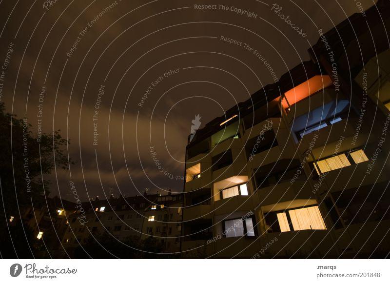 Abendprogramm Haus dunkel Gebäude Lampe braun Wohnung Fassade Autofenster Häusliches Leben einzigartig leuchten Balkon Geborgenheit Nachthimmel Nachtleben
