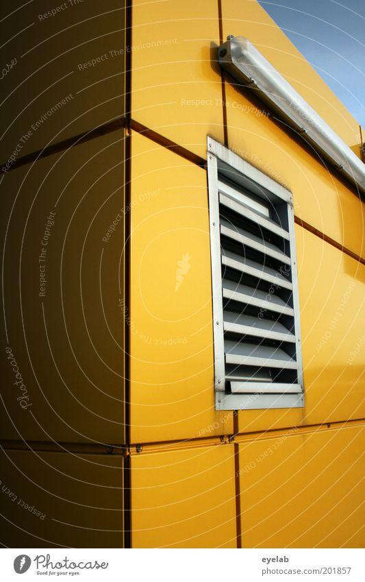 Wohnwinkel gelb (650) Haus Bauwerk Gebäude Architektur Mauer Wand Fassade Fenster Stahl eckig glänzend trist silber Lampe Gitter Belüftung Paneele Fuge Lamelle