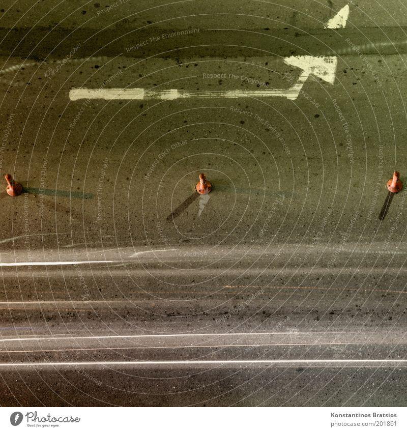 Flicken | Hütchen | Streifen Straße Verkehr Perspektive kaputt einfach Streifen Pfeil Verkehrswege Straßenbelag 3 Verkehrsleitkegel Strukturen & Formen Symbole & Metaphern Schilder & Markierungen Fahrbahnmarkierung Umleitung