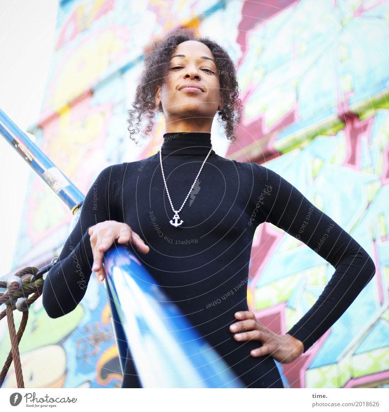 . feminin Frau Erwachsene 1 Mensch Spielplatz Bauwerk Kletteranlage Pullover Schmuck Haare & Frisuren brünett Locken Afro-Look Graffiti beobachten festhalten
