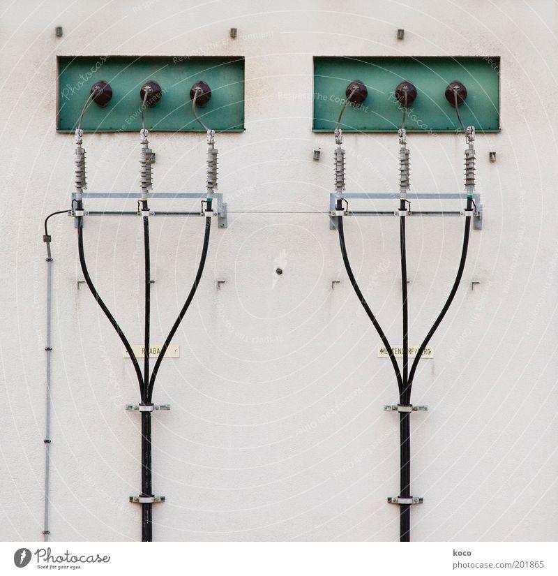 Strom für die Welt ... weiß grün schwarz Metall Energie Energiewirtschaft Elektrizität Netzwerk Zukunft Technik & Technologie Kabel dünn Verbindung Stahl Symmetrie Stecker