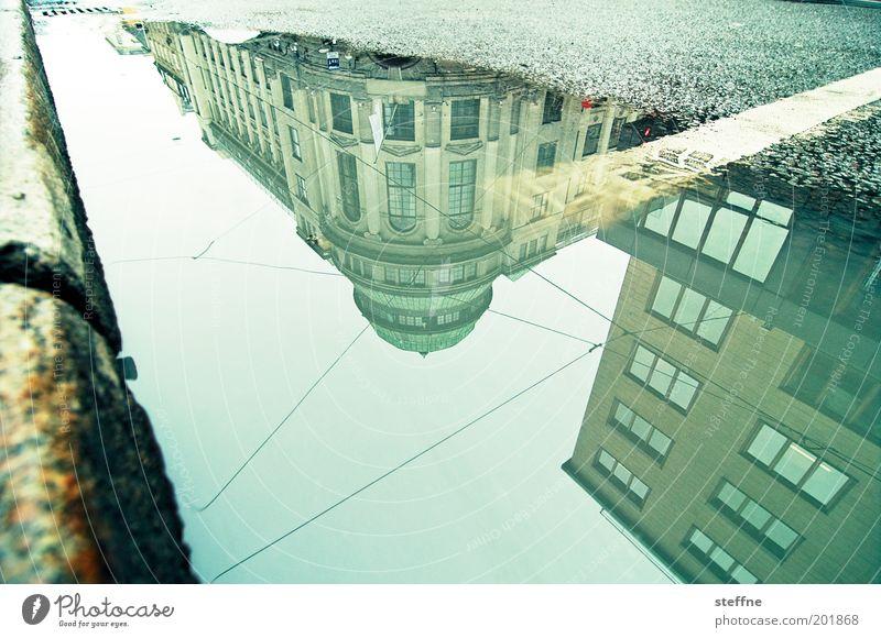 Unser Star für Oslo Norwegen Hauptstadt Stadtzentrum Altstadt Traumhaus Bankgebäude Straße Reflexion & Spiegelung Pfütze Pfützenspiegelung Farbfoto mehrfarbig