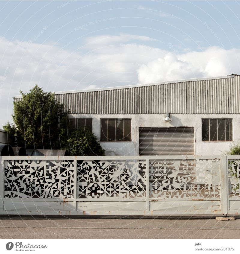 Geländer Tor Himmel Baum Gebäude Architektur geschlossen trist unten Dienstleistungsgewerbe Handwerk Bauwerk Werkstatt Lagerhalle Hof