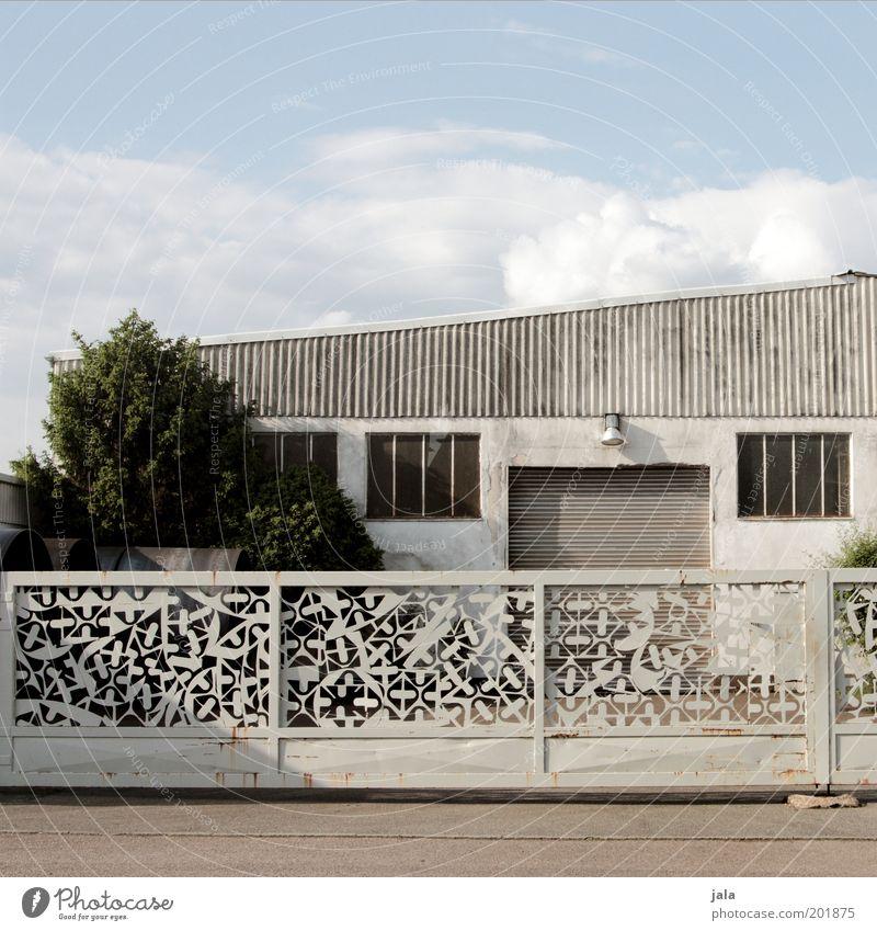 Geländer Tor Himmel Baum Gebäude Architektur geschlossen trist Tor unten Dienstleistungsgewerbe Handwerk Bauwerk Werkstatt Lagerhalle Geländer Hof
