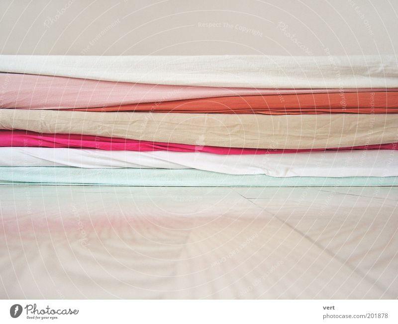 some people were silent weiß ruhig Erholung rosa weich liegen Stoff türkis Stapel bequem Bettlaken Holzfußboden achtsam Pastellton Strukturen & Formen