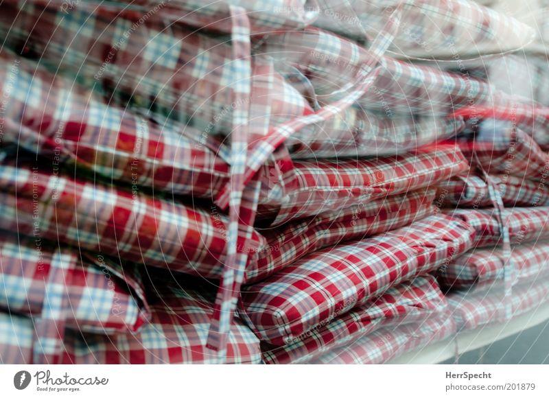 Karokissendepot weiß rot Stoff Café Fensterscheibe Stapel kariert Kissen Stoffmuster