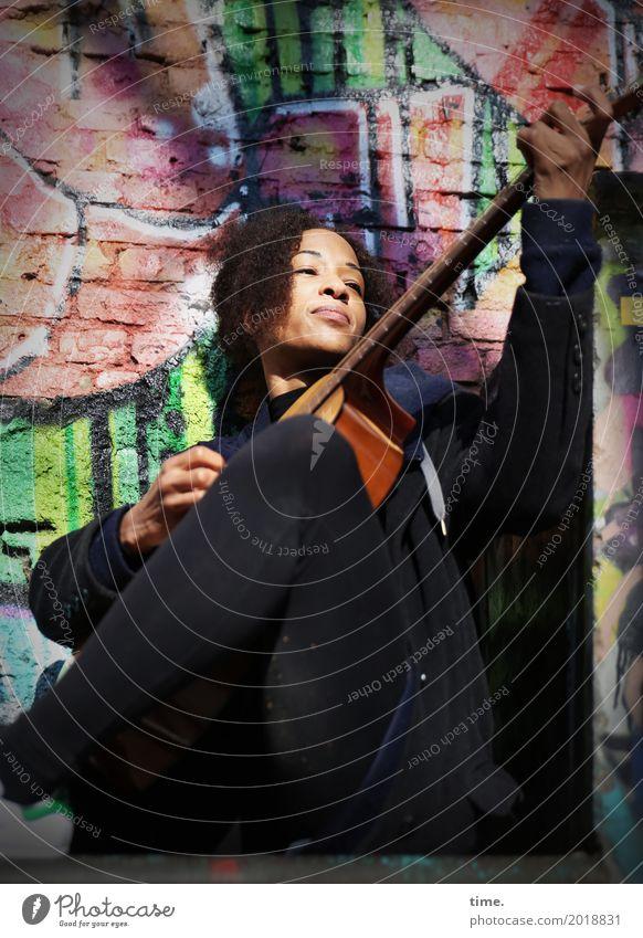 Musik | Ghetto Sounds (IV) feminin Frau Erwachsene 1 Mensch Künstler Musiker Gitarre Mauer Wand Hose Mantel Haare & Frisuren brünett Locken Afro-Look Graffiti