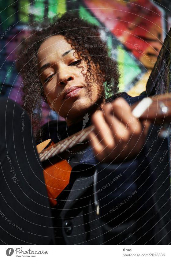 Musik | Ghetto Sounds (II) feminin Frau Erwachsene 1 Mensch Künstler Musiker Gitarre Mantel Haare & Frisuren brünett langhaarig Locken Afro-Look Graffiti
