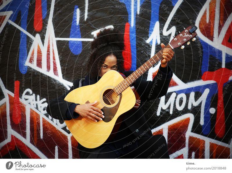 Musik | Ghetto Mom (II) feminin Frau Erwachsene 1 Mensch Künstler Musiker Gitarre Mauer Wand Mantel Haare & Frisuren schwarzhaarig Locken Afro-Look Graffiti