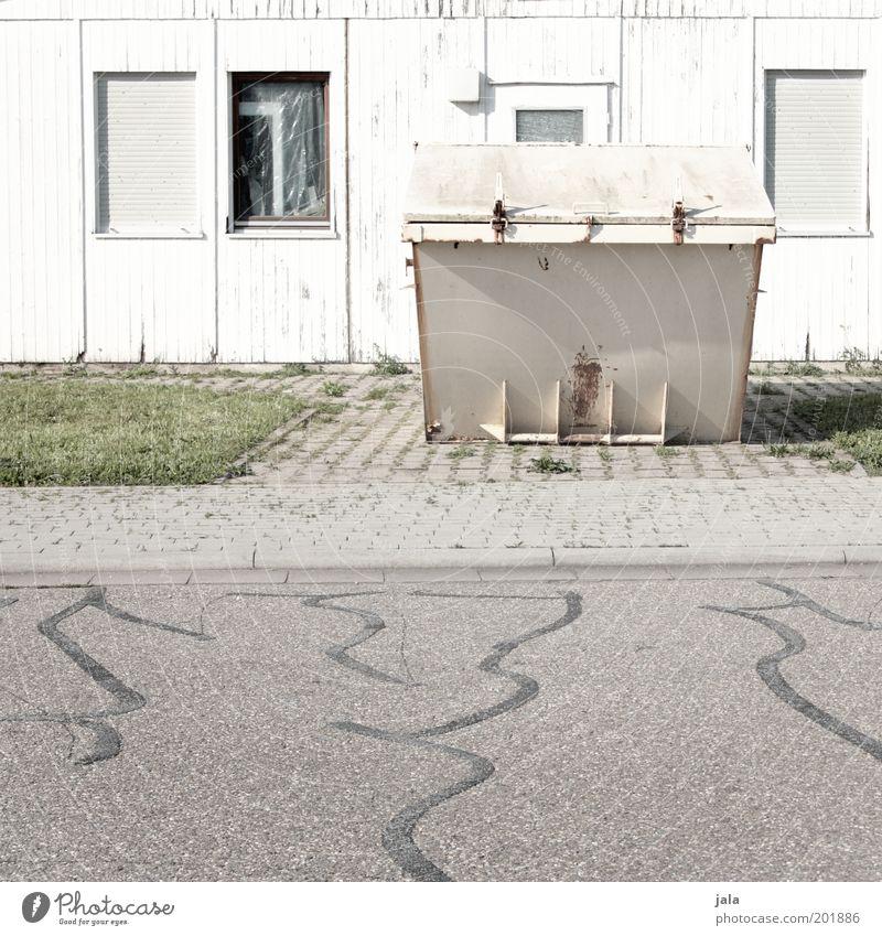 container Arbeit & Erwerbstätigkeit Arbeitsplatz Industrie Unternehmen Wiese Haus Gebäude Fenster Straße Wege & Pfade hell trist grau grün weiß