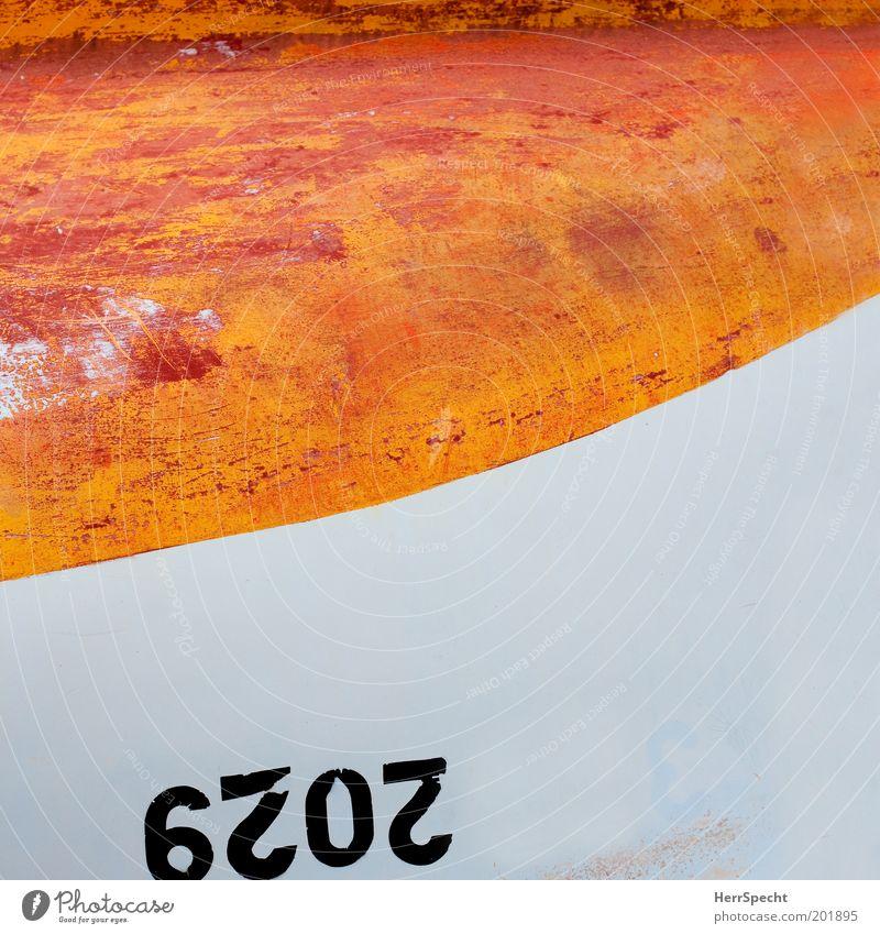Kieloben alt weiß Wasserfahrzeug orange kaputt Ziffern & Zahlen Kunststoff Bildausschnitt Ruderboot entgegengesetzt Kratzer Beiboot Motorboot Abnutzung Bordwand