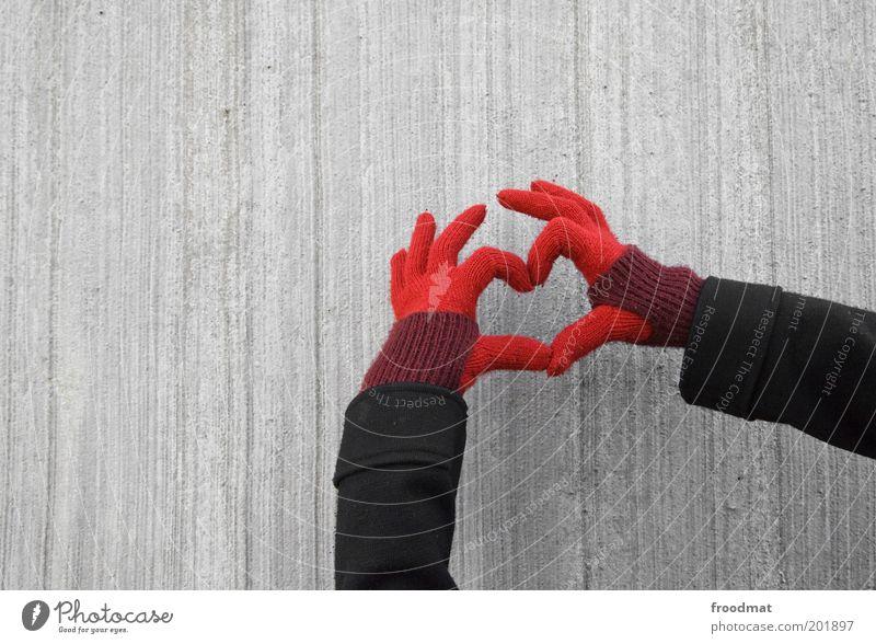 lieblingshandschuhe Hand Herz einzigartig Kitsch Sympathie Liebe Verliebtheit Romantik Gefühle Handschuhe Betonwand trist Liebeskummer gestikulieren Farbfoto