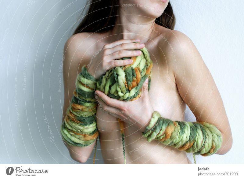 mein Wollknäuel... Frau Mensch Jugendliche grün Akt nackt feminin Wärme orange Haut Erwachsene stoppen Wolle stricken Junge Frau Bekleidung