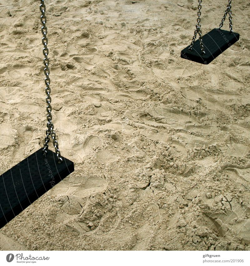 ausgeschaukelt Spielen Kinderspiel schaukeln stagnierend Schaukel Spielplatz Sand Sandkasten Kette hängen hängen lassen paarweise Kindheit unbenutzt Farbfoto