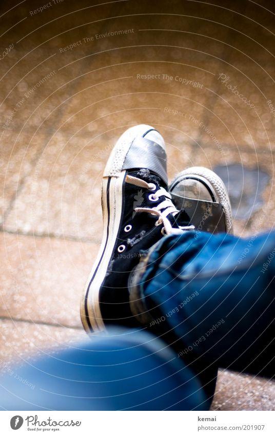 Mach mal Pause Lifestyle Wohlgefühl Zufriedenheit Erholung ruhig Mensch feminin Erwachsene Beine Fuß 1 Boden Fliesen u. Kacheln Mode Stoff Jeanshose Schuhe
