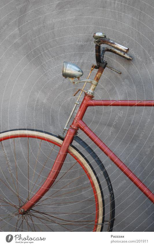 Drahtesel alt rot Fahrrad ästhetisch stehen Stahl Rost historisch Klimawandel Verkehrsmittel sparsam Fahrradlenker umweltfreundlich Fahrradlicht