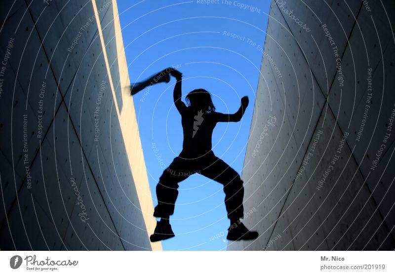 flieger... Himmel Jugendliche blau Freude Erwachsene Wand Architektur Freiheit Bewegung Glück springen Beine Körper fliegen Arme maskulin