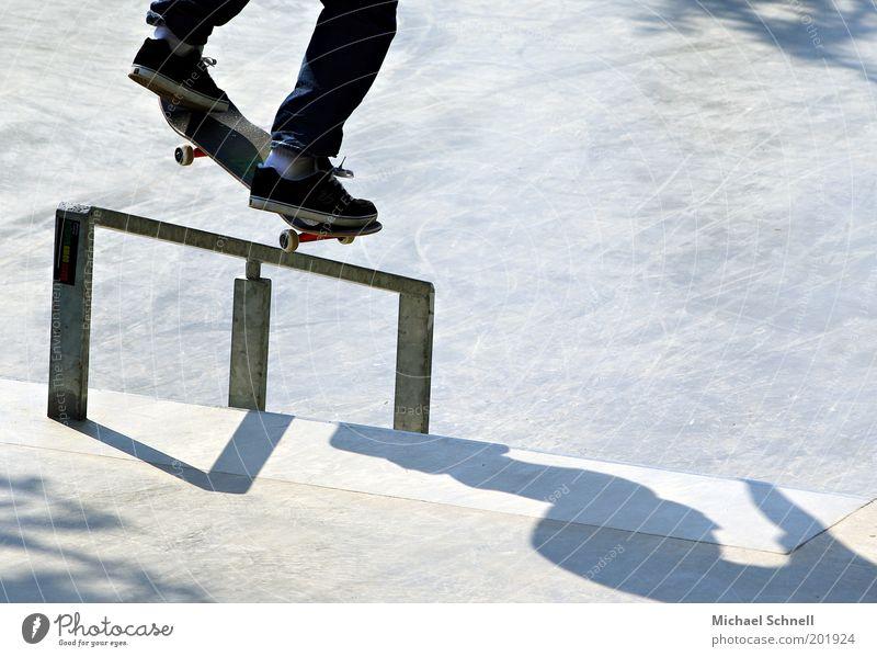 Skateboarding Freizeit & Hobby Skaterbahn Fuß 1 Mensch sportlich Junger Mann Geländer Jugendliche Tag Farbfoto Außenaufnahme Textfreiraum rechts Schatten