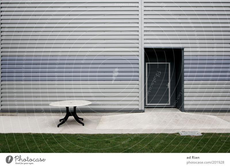 open office Tisch Fabrik Menschenleer Industrieanlage Architektur Fassade kalt Farbfoto Außenaufnahme Zentralperspektive Rasen Tür Wellblech Sauberkeit grau