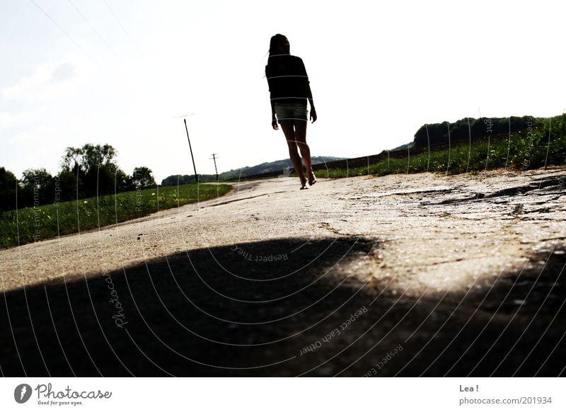 Folgt mir, denn ich weiß auch nicht wo es lang geht. Mensch Natur ruhig Ferne feminin Straße Wiese Landschaft Wege & Pfade gehen genießen Junge Frau Barfuß