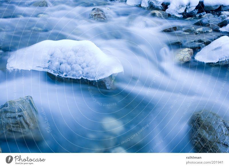Natürliche Eisskulptur Winter Skulptur Natur Landschaft Wasser Frost Bach Fluss frieren frisch kalt nass Sauberkeit weich blau Gewässer Strömung gefroren