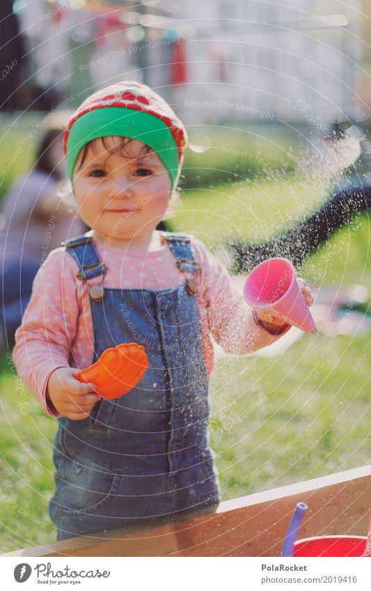 Erdbeermütze IV Kind Kleinkind 1 Mensch ästhetisch Verschmitzt grinsen niedlich Sand Sandkasten Spielen Außenaufnahme Kindheit Kindergarten Kindheitserinnerung