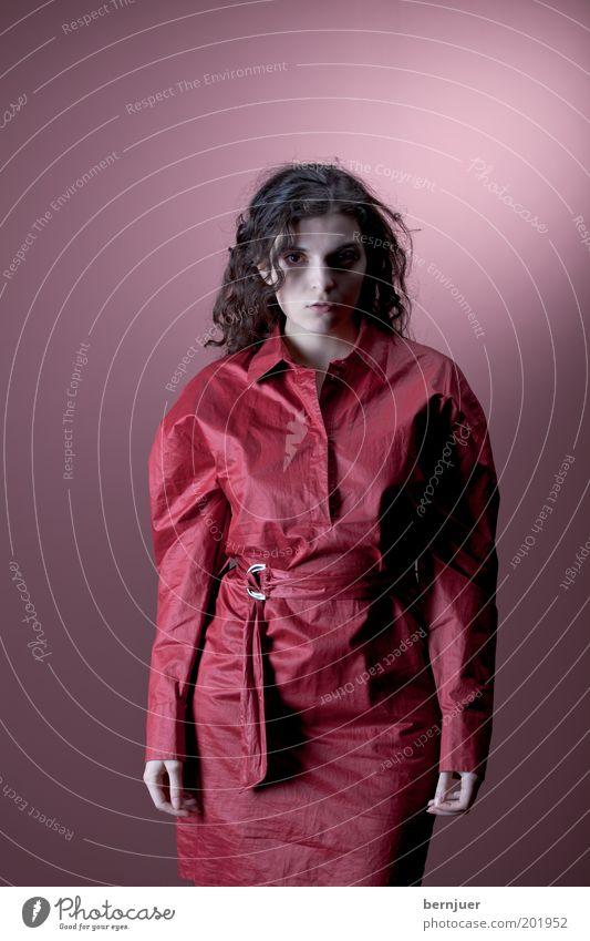 Rotjäckchen Frau Kleid rot Schatten Mode braun langhaarig Gesichtsausdruck Gürtel neutral feminin attraktiv Jugendliche kalt schön Mensch Farbe brünett Zombie