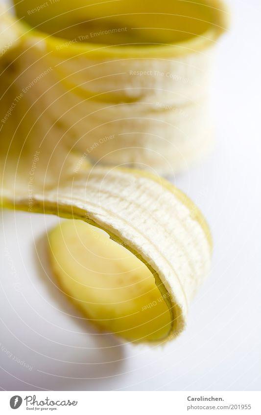 Bananaramama. Lebensmittel Frucht Ernährung authentisch frisch gelb gold Banane Rolle Hülle weiß Studioaufnahme Detailaufnahme Makroaufnahme Vitamin Müll