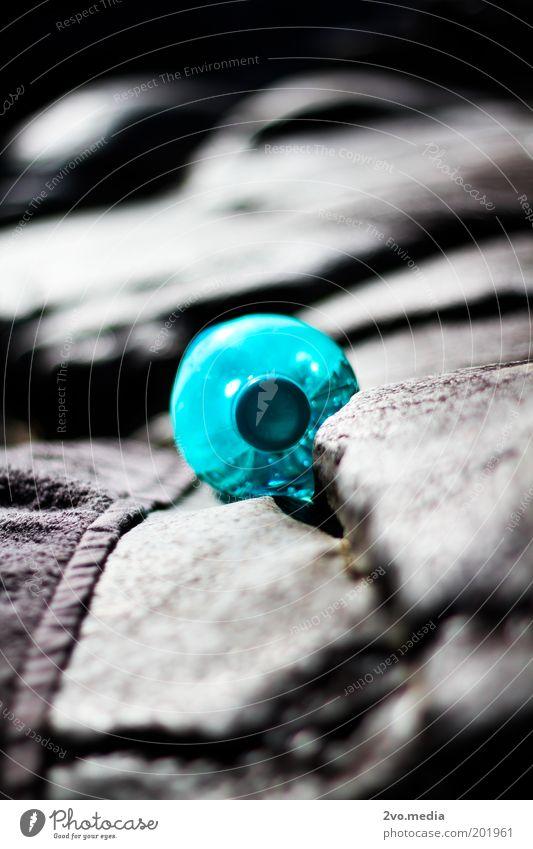 Flasche Verpackung Kunststoffverpackung Wasser dunkel Stimmung Gelassenheit Reinlichkeit Sauberkeit Sicherheit Unendlichkeit herausstechend Farbfoto