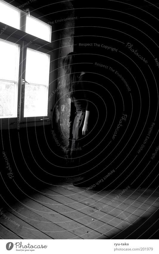 hexisch Mensch Jugendliche alt weiß ruhig schwarz Einsamkeit dunkel feminin Fenster Haare & Frisuren grau träumen Traurigkeit Erwachsene Trauer