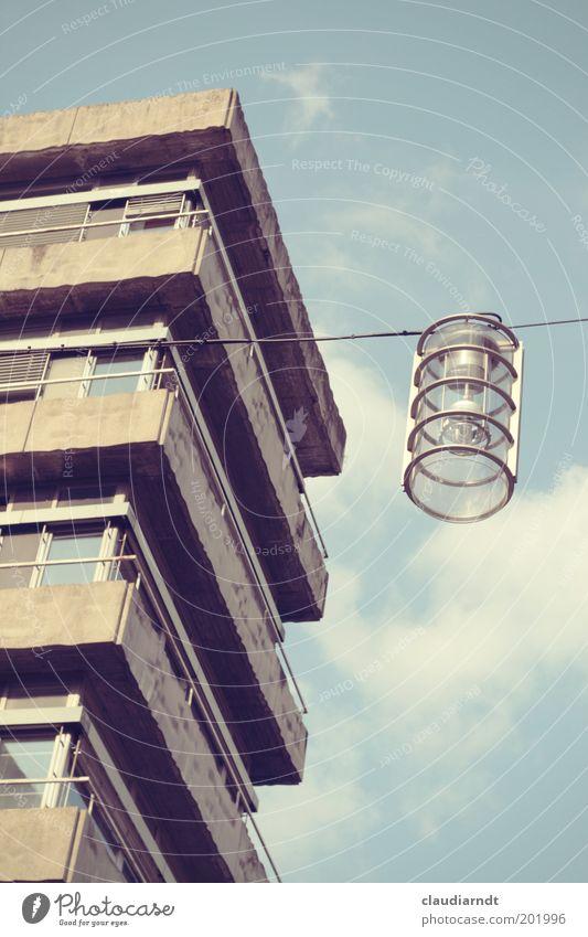 Ringellampe Lampe Haus Hochhaus Bankgebäude Bauwerk Gebäude Architektur Fassade Balkon Fenster Geländer Jalousie Stein Beton hässlich trist grau