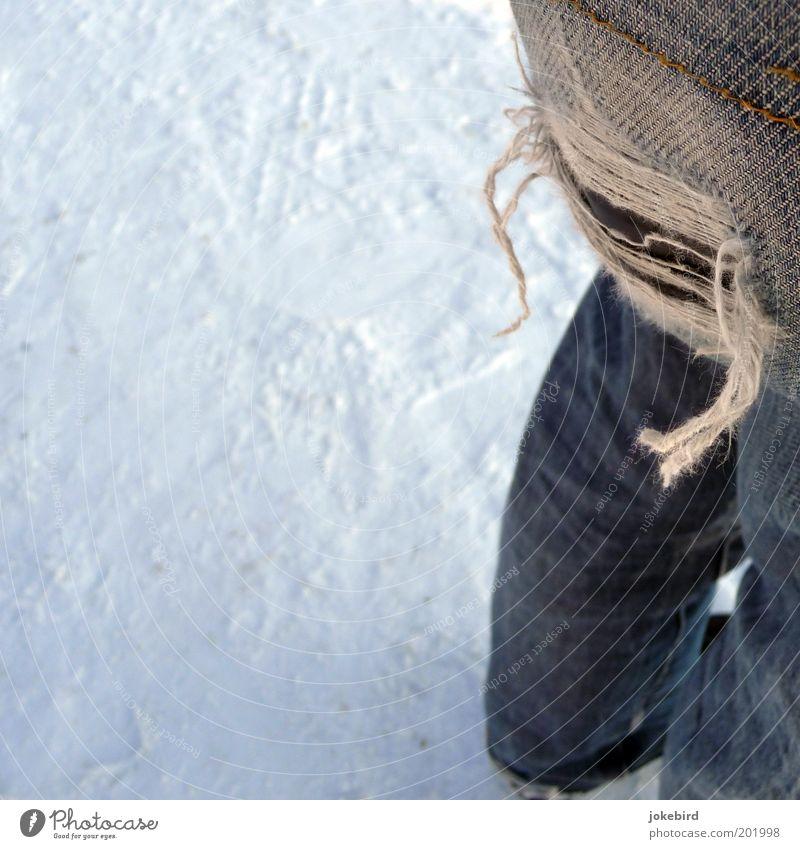 Loch im Arsch Mensch weiß Winter kalt Schnee Beine Fuß Schuhe Armut kaputt Coolness Stoff Gesäß Jeanshose unten