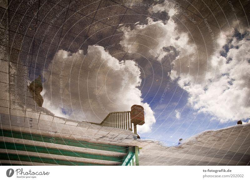 Liquid Sky Umwelt Urelemente Erde Luft Wasser Himmel Wolken Schönes Wetter Bürgersteig Bodenplatten Treppe Gitternetz Papierkorb Treppengeländer Spiegel