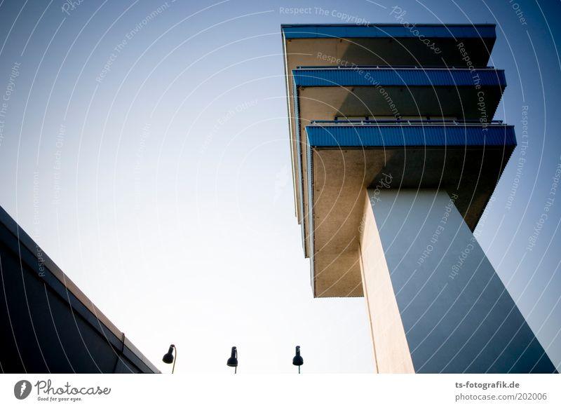 Dreieinigkeit Himmel blau weiß grau Metall Lampe Linie hoch Beton Hochhaus Turm Bauwerk Balkon Schönes Wetter Wahrzeichen