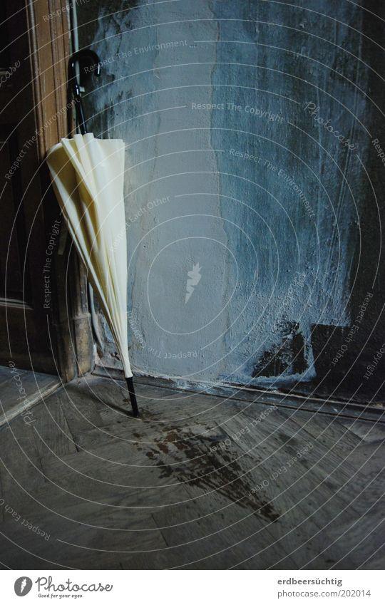 Mary's Schirm Wohnung Treppenhaus Eingang Tür Wetter schlechtes Wetter Regen Putz verwohnt Holz nass ruhig alt Gedeckte Farben Textfreiraum rechts Renovieren