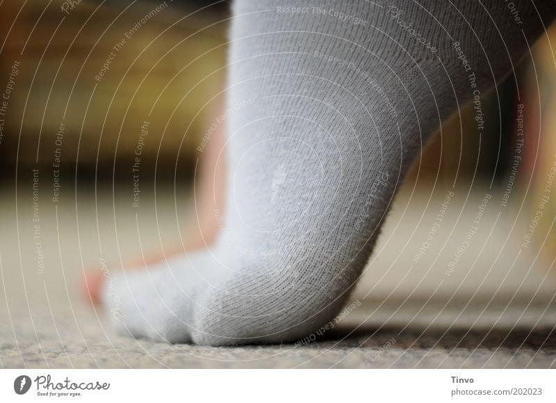 Katzenpfötchen Fuß berühren Strümpfe hell-blau Fußspitze Teppich aufstehen Farbfoto Innenaufnahme Textfreiraum links Wachstum klein Zehenspitze üben Junge Frau