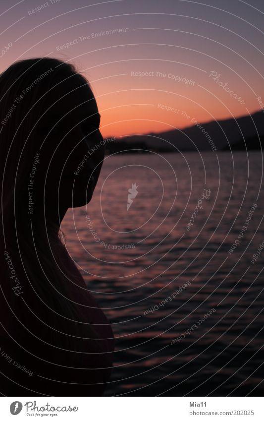 Abendrot Frau Mensch Jugendliche Wasser rot Meer Sommer Strand ruhig schwarz Erwachsene Erholung feminin Landschaft Küste Stimmung